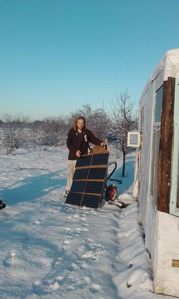 Женя направляет панель на солнечные лучи