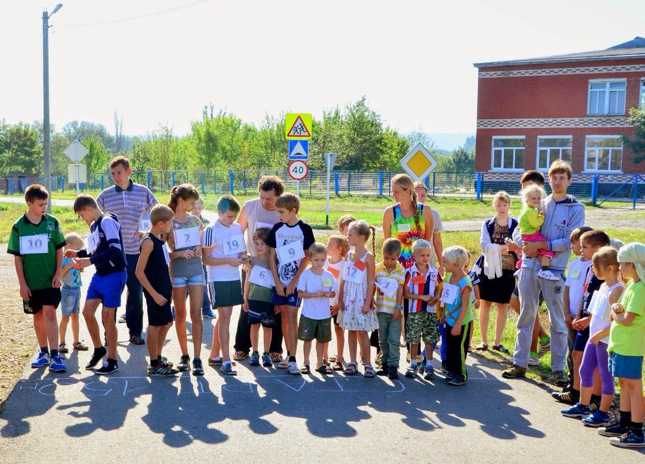 Первыми стартовали самые маленькие участники и их родители на дистанции 150 метров.